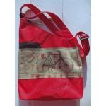 sac triangle rouge avec vélo